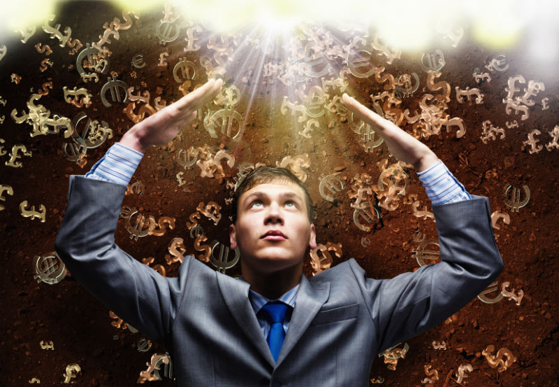 trader dívající se do výše zasypávaný symboly měn