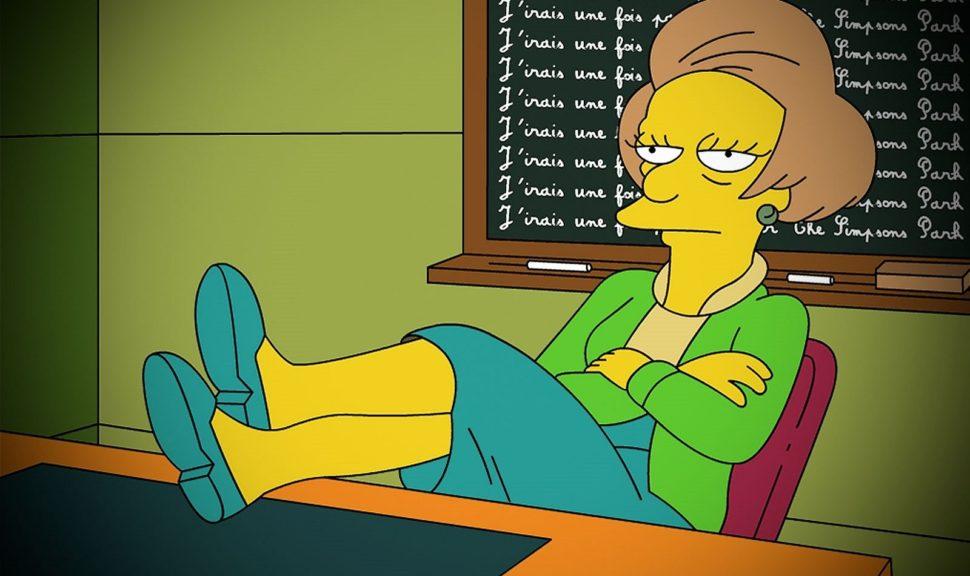 edna ze simpsnových sedící znuděně na židli s nohama na stole