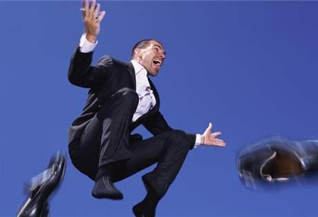 radostně skákající muž v obleku