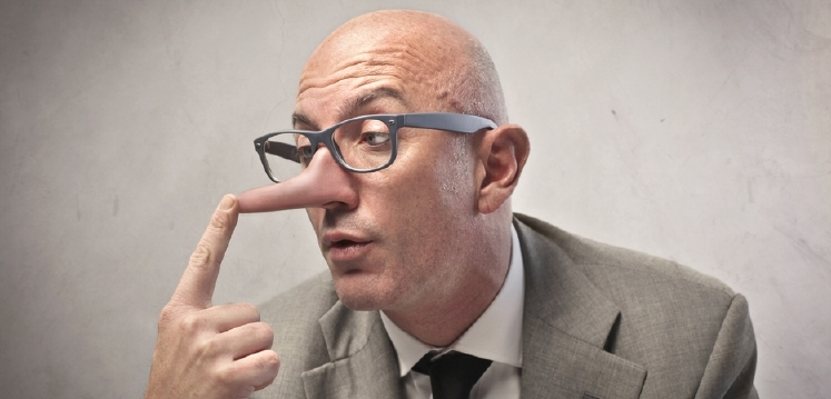 člověk s brýlemi, jemuž roste dlouhý nos jako pinocchiovi, když lže