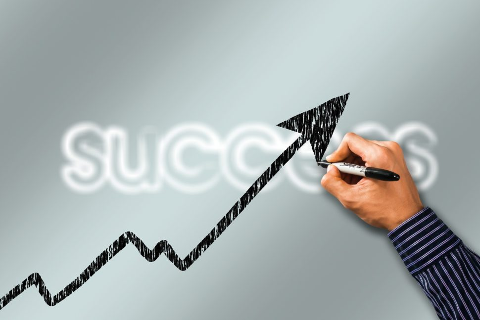 člověk kreslící rostoucí graf úspěchu