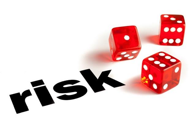 3 hrací kostky představující riziko výhry a prohry