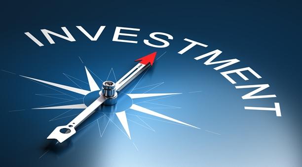 střelka kompasu ukazující k nápisu investment