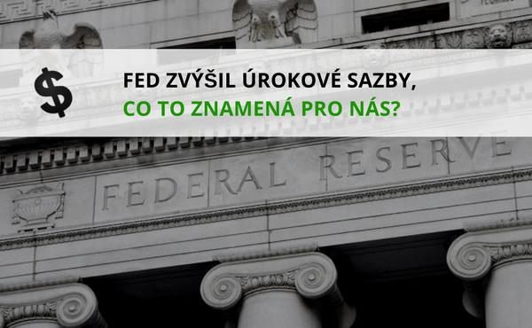 název článku v popředí a budova Federal Reserve v pozadí