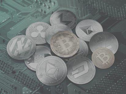 různé mince kryptoměn na základové desce počítače